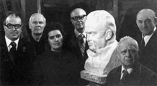 In the studio of the Soviet sculptor Zinovy Vilensky. From left to right - EV Shabarov, PA Tsybin, NS Koroleva, SS Kryukov, ZM Vilensky, BE Chertok