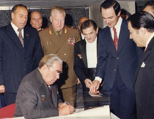 Leonid Brezhnev gives an autograph to Muslim Magomayev. In the photo, Heydar Aliyev, Leonid Brezhnev, Niyazi, Muslim Magomayev, R. Behbudov