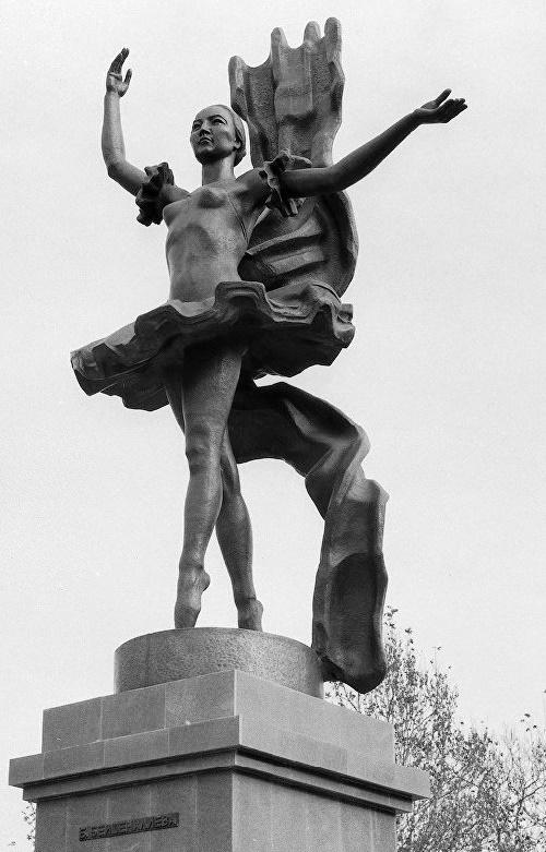 Monument to the first Kyrgyz ballerina Bibisara Beishenalieva. Soviet Kirghiz sculptor Turgunbai Sadykov