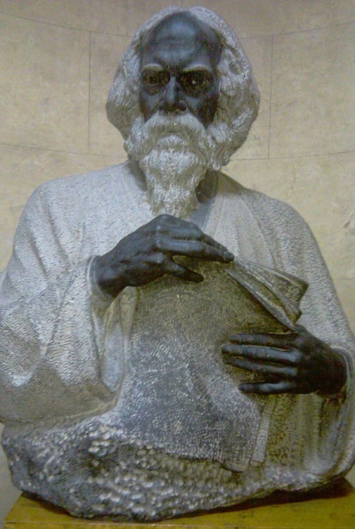 The bust of Rabindranath Tagore. Soviet sculptor Zair Azgur, granite, 1956, the hall of the National Art Museum of Belarus