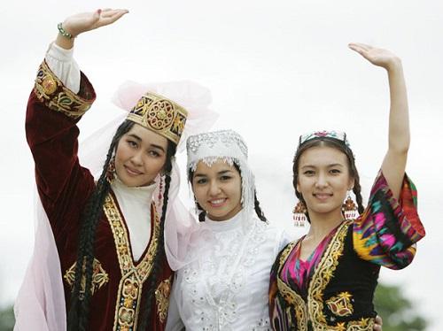Uzbek women in national clothes