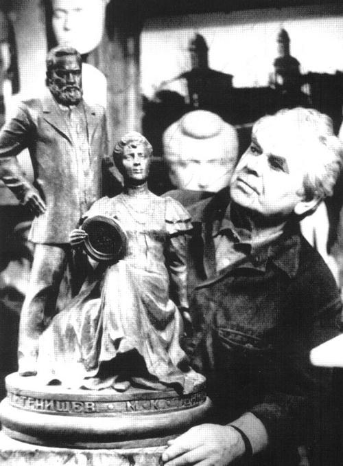 Soviet sculptor Albert Srgeyev with his sculpture of Princess Maria Tenisheva and Prince Vyacheslav Nikolayevich Tenishev