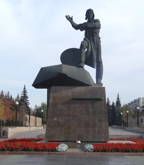 Monument to Volunteers-tankers. 1975. Soviet Sculptor Lev Golovnitsky