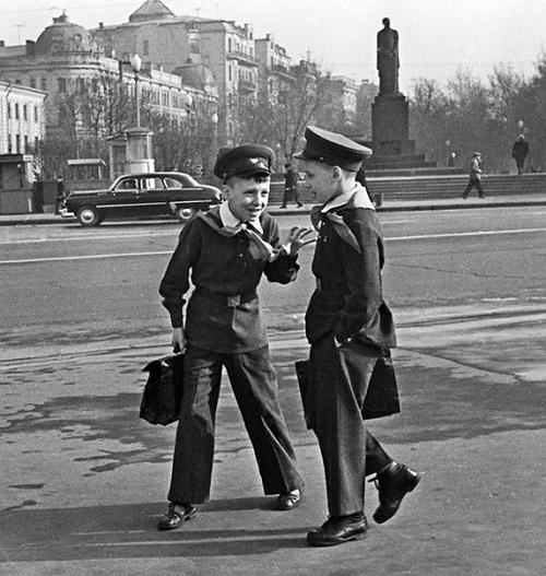 Moscow schoolboys, 1963. Soviet photographer Mikhail Ozersky