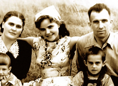 Tamara Syomina with her mother and stepfather
