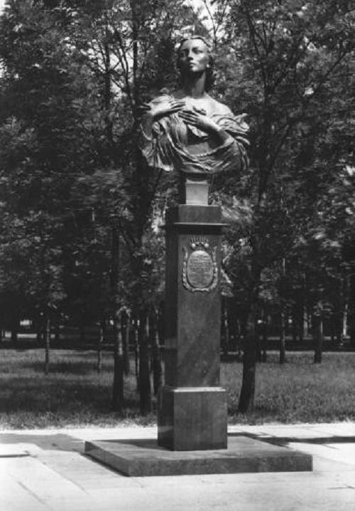 Ballerina Galina Ulanova monument. 1984