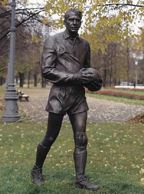 Soviet Russian sculptor Alexander Rukavishnikov