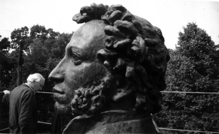 The sculptor with the giant head of Pushkin