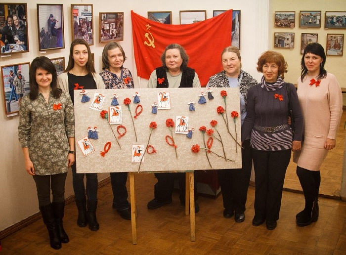 Members of creative workshop greeting the Day of revolution with such installation made with their own hands. 7 November 2017. Photo Olga-Hoiti Klikosoftski