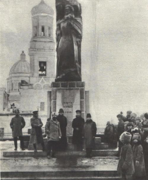 Sculptor Merkurov. Architect V. Shuko. A monument to Karl Marx. Granite. 1921. Ulyanovsk. Photo from the archives of GS Merkurov