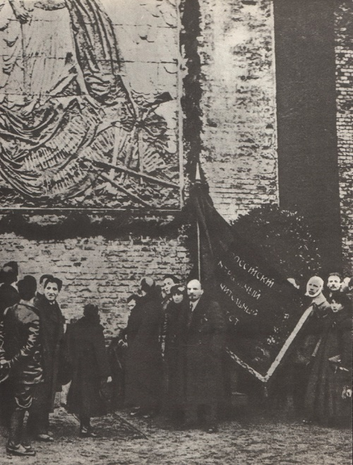 VI Lenin in Red Square near the Kremlin wall in front of a plaque installed in memory of the fallen for peace and brotherhood of peoples (by S. Konenkov). November 7, 1918