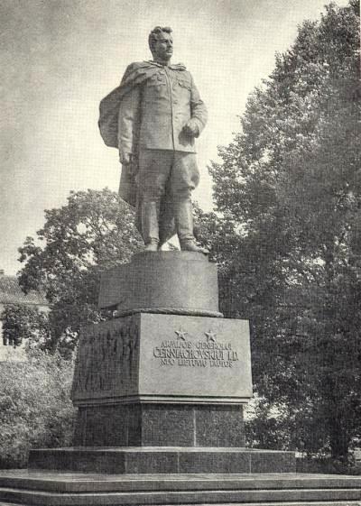 Army General Chernyakhovsky, monument in Vilnius. Sculptor Nikolay Tomsky, Architect LG Golubovsky. Bronze, granite. 1950