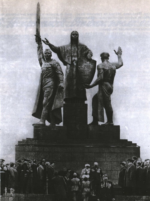 V. Snegirev and R. Semerdzhiev architects. Monument to the Heroes of the front and rear in Perm. Bronze, granite. 1985
