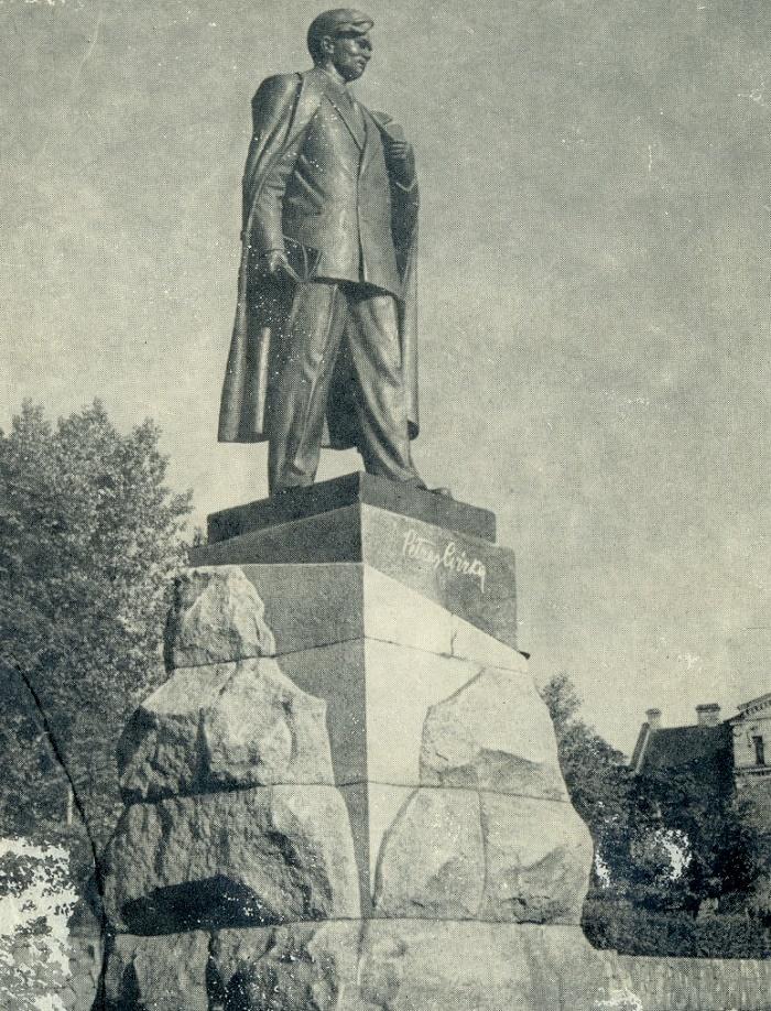 Monument to the writer P. Zwirke. Bronze, granite. 1948-1959. Vilnius