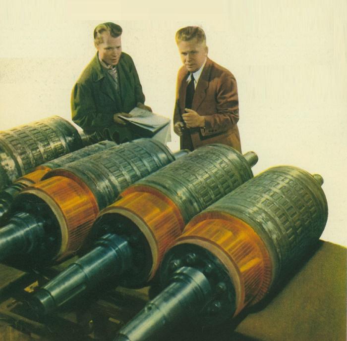 Moscow plant Dynamo named after Kirov. Left turner Stakhanovite B. V. Rodionov and head of the shop G. G. Poluboyarinov (right). Photo V. Ruikovich