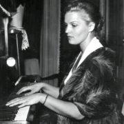 Playing the piano, Ritenberga